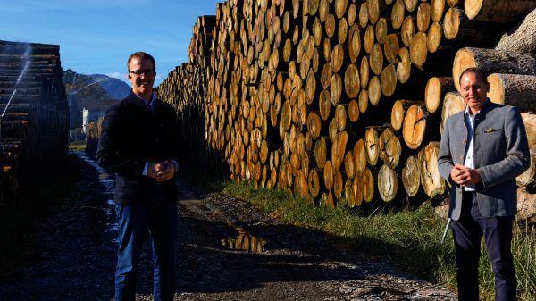 Landesrat Christian Gantner, LK-Präsident und Obmann vom Waldverband Josef Moosbrugger beim Nasslager in Gais.Landwirtschaftskammer
