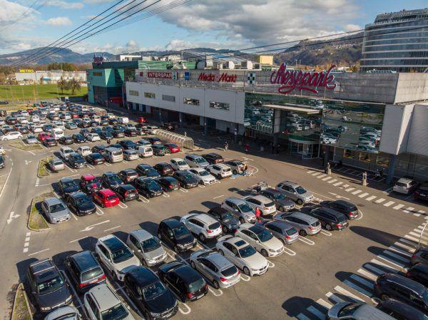 Sehr gut gefüllt waren Parkplatz und Geschäfte am Vormittag im Messepark.