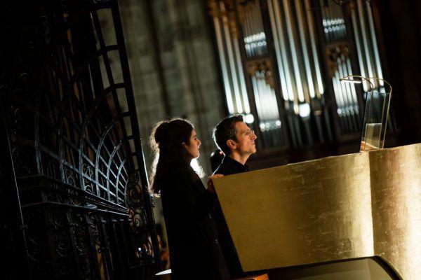Wolfgang Kogert an der Riesenorgel bei der Uraufführung.