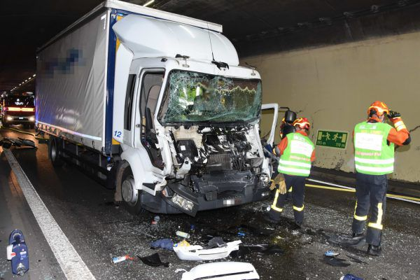 Zwei Menschen wurden beim Unfall verletzt.Kapo St. Gallen