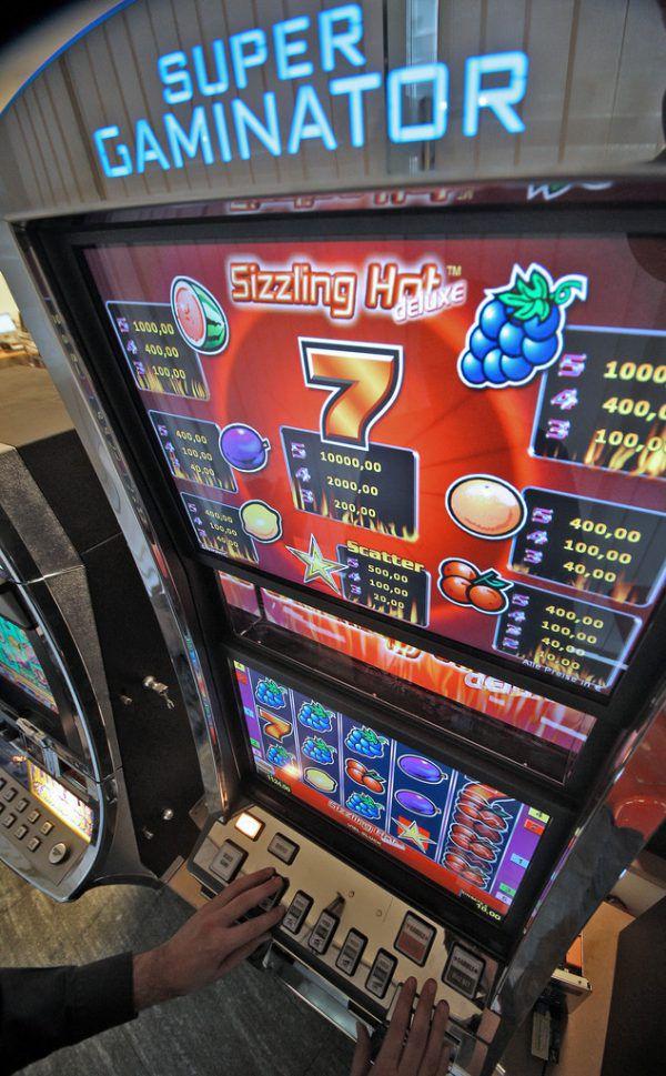 Behörden und Polizei im Kampf gegen illegales Glücksspiel. APA