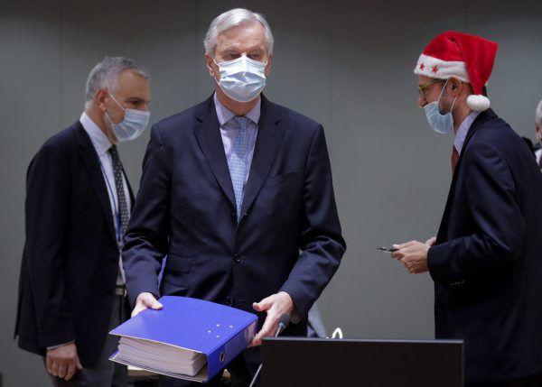 Bild l.: EU-Chefverhandler Michel Barnier (Mitte), Oben: Verhandeln mit Weihnachtsmütze. Hoslet/AP (2)