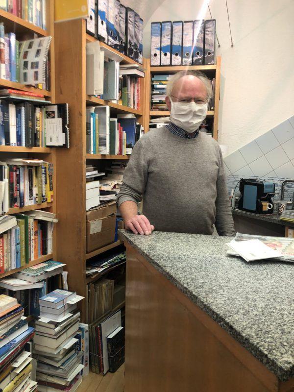 Buchhändler Herbert Pröll freut sich über deutlichen Anstieg der Online-Bestellungen.NEUE