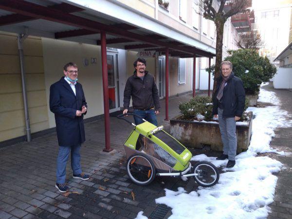 Christoph Thoma (l.) und Gerold Kornexl (r.) mit Pina-Mitarbeiter Leonhard Preiss. Pina