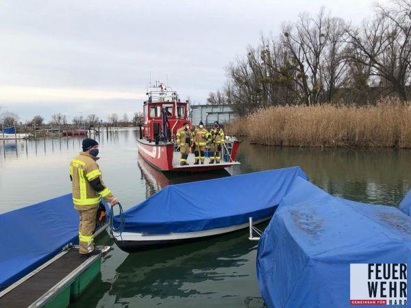 """Das Feuerwehrboot """"Föhn"""" kam zum Einsatz. Polizei Hard"""