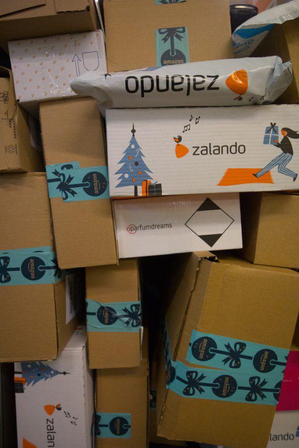Eine wahre Paketflut gilt es derzeit für Postangestellte zu bearbeiten.Hartinger