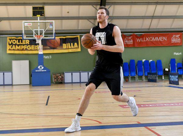 Jakob Pöltl startet heute mit den Spurs in die NBA-Saison.apa