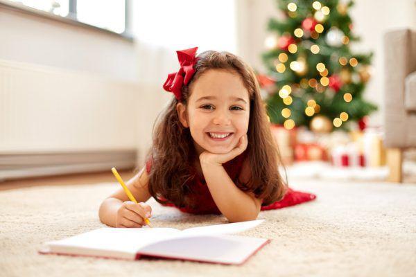 Kinder sollen ihre Wünsche ans Christkind, weihnachtliche Zeichnungen oder Videos an die Großeltern schicken. Shutterstock