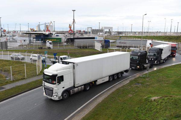 Nach und nach fahren die Trucks vom Fährhafen in Calais Richtung Heimat.FRANCOIS LO PRESTI/AFP