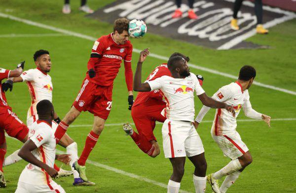 Thomas Müller (l.) war per Kopf zum 3:3-Ausgleich zur Stelle.apa