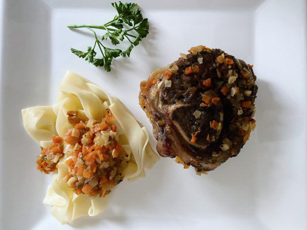 Während das Fleisch im Ofen schmort, kann schon angestoßen werden.Rauch