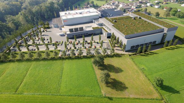 Das Blum-Werk 6 in Gaißau mit den geplanten Erweiterungsflächen im Vordergrund.Blum