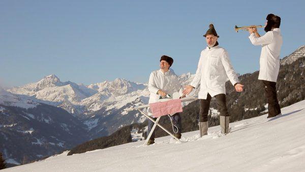 Das Trio in der schönen Winterlandschaft.Die drei friseure