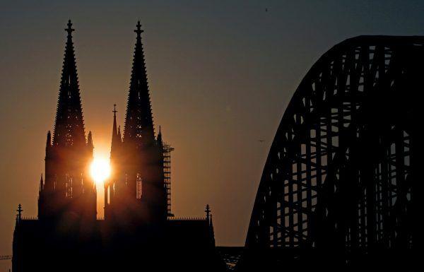 Der Kölner Dom und die Kirchengemeinschaft haben schon bessere Tage erlebt. APA/dpa/Oliver Berg
