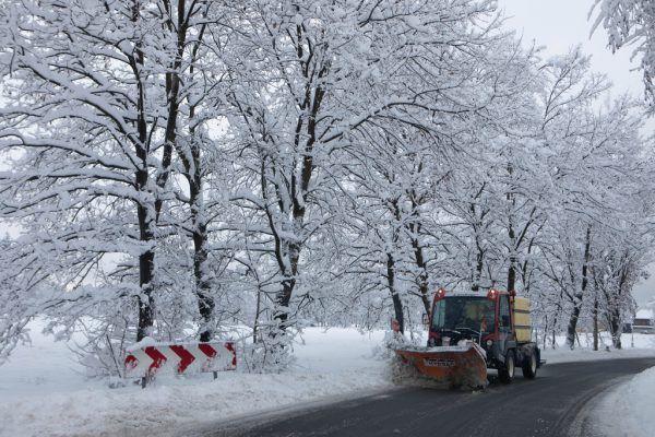 Der Schneefall ließ am Freitag nach. Die Aufräumarbeiten dauerten jedoch noch an.Hartinger, Steurer (2)