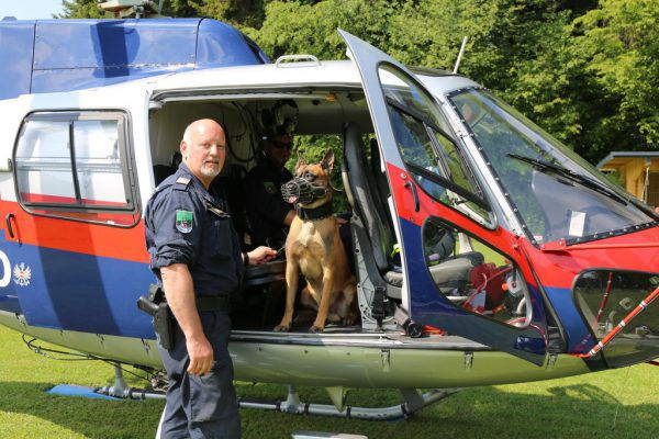Diensthundeführer Arno Winder mit Odin. LPD