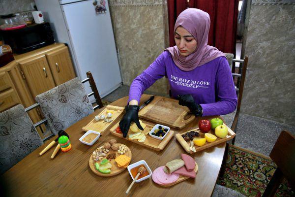 Fatima Ali richtet in ihrer Küche Käseplatten für ihre Kunden her.AP