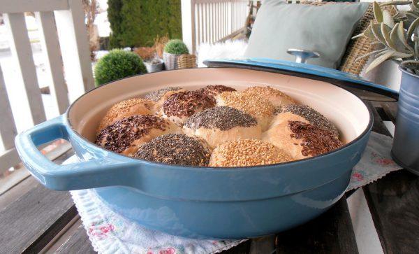 Für die Brötle können nach Belieben Samen und Körner wie Sesam, Leinsamen oder Chia verwendet werden.Ulrike Hagen