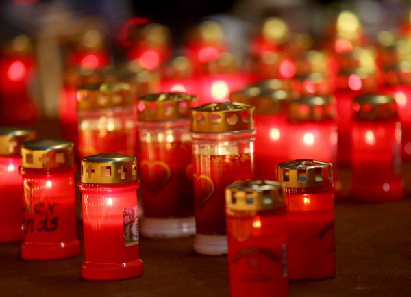 Grablichter sind nun am Friedhof erhältlich. DPA