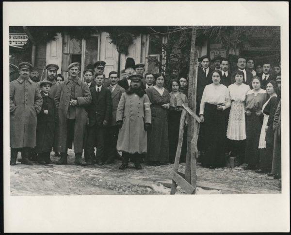 Großes Bild: Aron Tänzer (Mitte) vor einer jüdischen Volksküche in Polen. Kleines Bild rechts: Das Hohenemser Rabbinatshaus wurde 1969 abgerissen.Jüdisches Museum Hohenems (3)