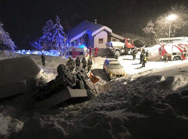In Klösterle musste im Hausinneren Schnee geschaufelt werden (l.), in Daalas kippte ein Schneeräumfahrzeug um (oben).©Mathis Fotografie, LPD Vorarlberg