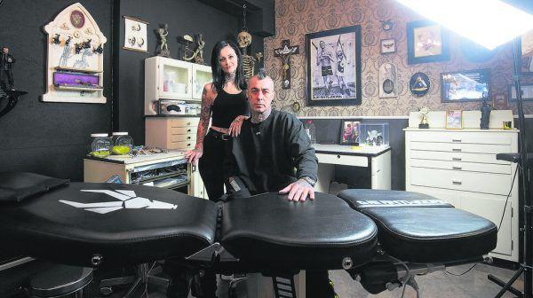 Mehr denn je zählen Kristina und Mike Geringer (Herzblut Tattoo, l.) sowie Andreas Haller (Fat Foogo, oben) auf die Treue und das Verständnis ihrer Kunden. Hartinger, Handout/haller