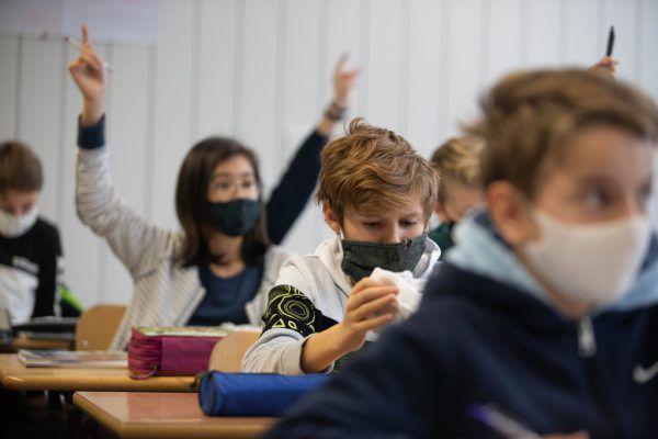 Neos und Freiheitliche machen sich für eine Schulöffnung stark.Symbobild/Hartinger