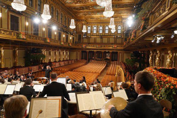 Riccardo Muti dirigierte die Wiener Philharmoniker vor leeren Zuschauerrängen.APA/Orf