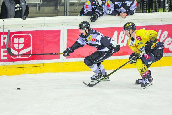 Simeon Schwinger spielt eine starke Saison, hier gewinnt er den Zweikampf gegen Caps-Torjäger Ty Loney. GEPA