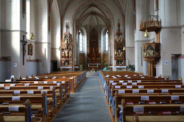 Abstand, FFP2-Masken und Desinfektionsmittel: Das besagen die neuen Rahmenverordnungen der Kirche.Symbolbild/Hartinger
