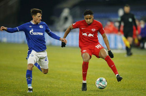 Alessandro Schöpf (l.) hatte mit Schalke 04 der Spielfreuder der Leipziger wenig entgegenzusetzen.reuters