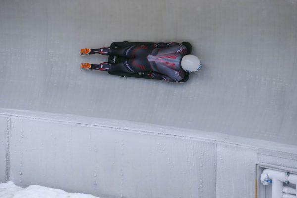 Als Skeletonfahrer geht Florian Auer mit dem Kopf voran in den Eiskanal.