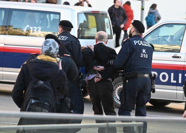 """Bei der """"Ausweich-Demo"""" in Innsbruck wurden zwei Männer vorläufig festgenommen. APA"""