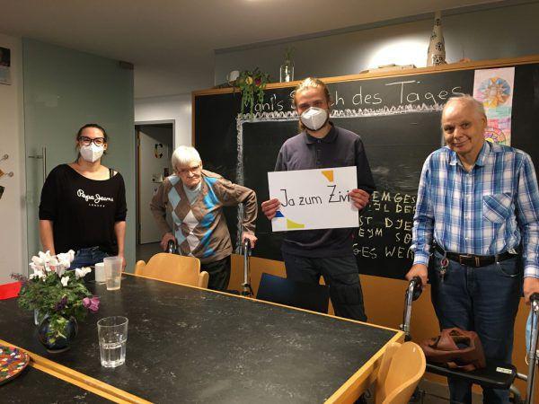 Bei der Lebenshilfe sind Zivildiener nicht wegzudenken. Bild r.: Zivildiener Johann Denz (l.) im Wohnheim in Hard bei der Arbeit. Lebenshilfe (2)