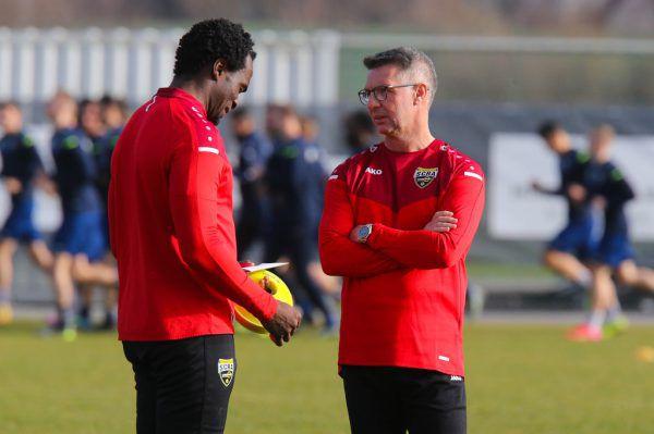 Canadi instruiert seine neuen Schützlinge bei einer Aufwärmeinheit (großes Bild) und spricht mit seinem zweiten Co-Trainer Louis Ngwat-Mahop.hartinger (2)