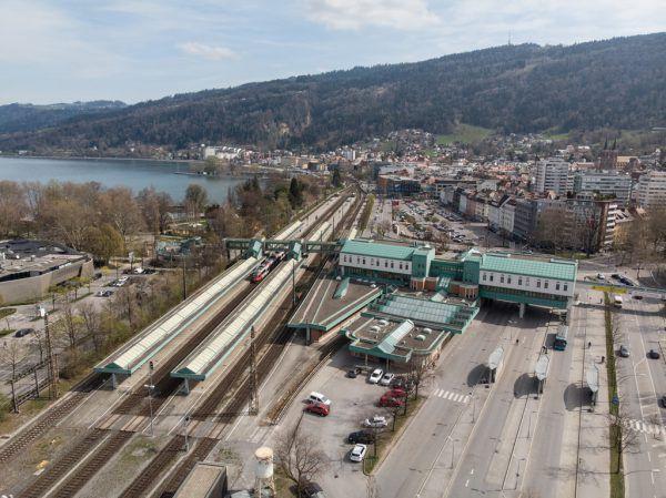 Das Areal um den Bahnhof soll neu gedacht werden und Straße sowie Gleise unter der Erde verschwinden.Hartinger