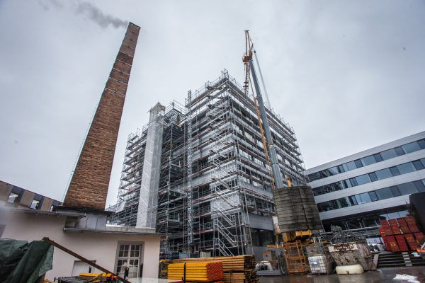 Das Verwaltungsgebäude der FH wird derzeit aufgestockt. Steurer