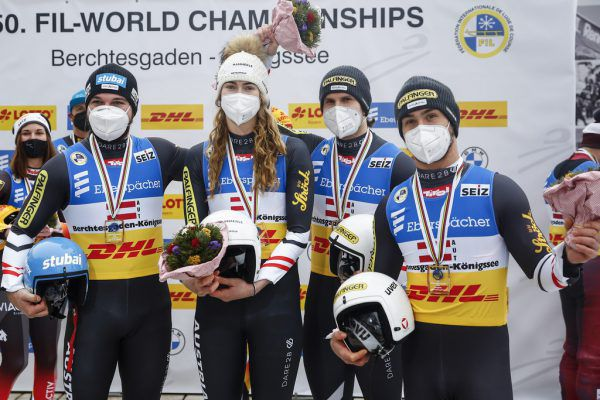 David Gleirscher, Madeleine Egle, Thomas Steu und Lorenz Koller (v.l.) gewannen die Goldmedaille in der Team-Staffel. gepa