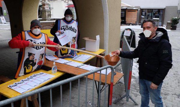 """Der Verkauf der """"Hächla"""" in der Innenstadt erfolgt Corona-konform.Funkenzunft Bludenz"""