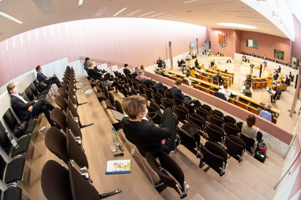 Die Abgeordneten blieben auf Distanz.Vorarlberger Landtag/Serra (2)