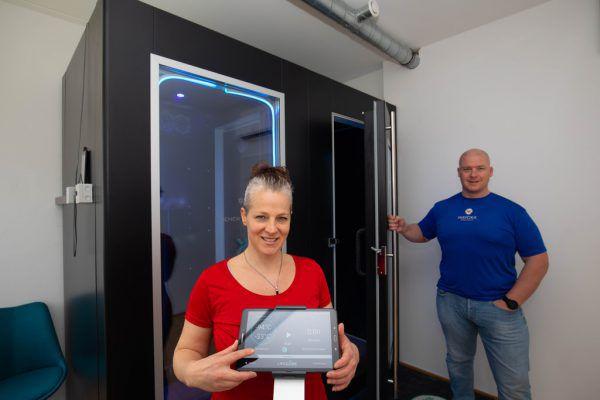 """Die beiden """"Mayoka""""-Gründer Wolfgang Tiefenthaler und Angelika Kaufmann vor der einzigartigen Kältesauna.Klaus Hartinger"""