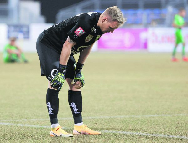 Die Defensive der Austria war gestern völlig überfordert und ließ Domenik Schierl oft im Stich. Ganz unschuldig war der Goalie allerdings nicht. GEPA (2)