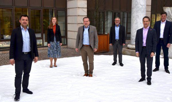 Die Energiesprecher der Landtagsfraktionen (v.l.): Martin Staudinger (SPÖ), Christina Metzler (ÖVP), Harald Witwer (Vorsitzender des energiepolitischen Ausschusses/ÖVP), Christoph Metzler (Grüne), Garry Thür (Neos) und Daniel Allgäuer (FPÖ). Michael Dittrich