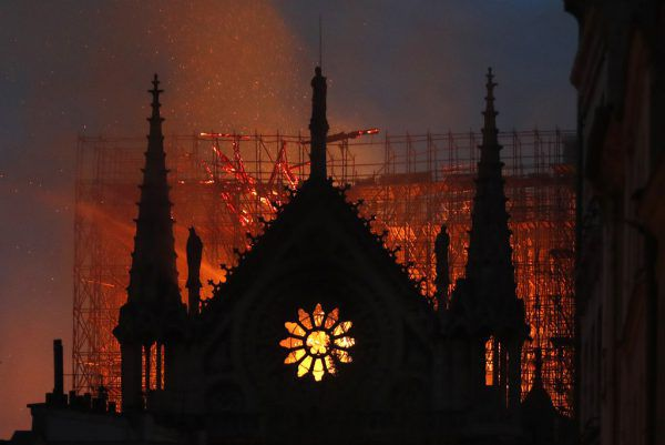 Die ganze Welt sah zu, als die Flammen die weltberühmte Pariser Kathedrale einhüllten. AP