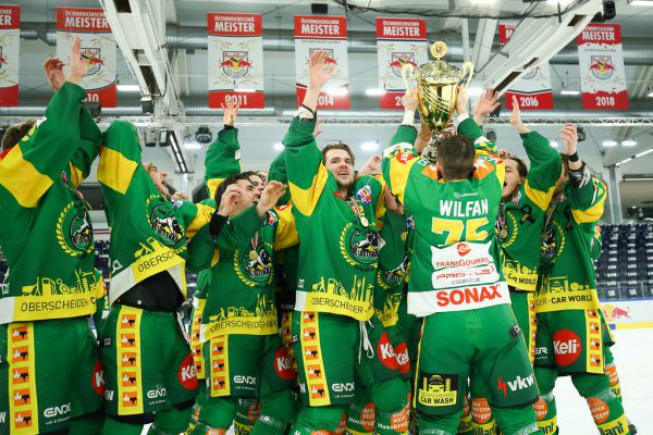 Die Lustenauer durften sich die Krone der österreichischen Alps Hockey League aufsetzen.GEPA (2)
