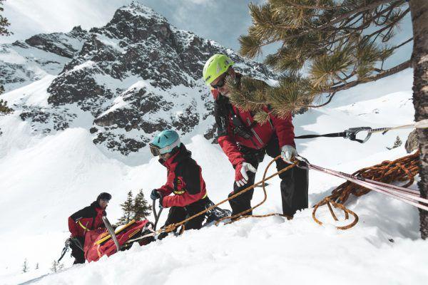Die Vorarlberger Bergretter absolvierten im Corona-Jahr 2020 336 Einsätze, das sind um 7,4 Prozent weniger als im vorigen Winter. Die Einsatzstunden gingen um 28 Prozent zurück. bergrettung
