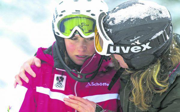 Ein Rückblick auf die EYOF 2015. Links muss Liensberger nach ihrem achten Platz im Slalom getröstet werden. Tags darauf braust sie im RTL (r.) zu Bronze.Hartinger (4)