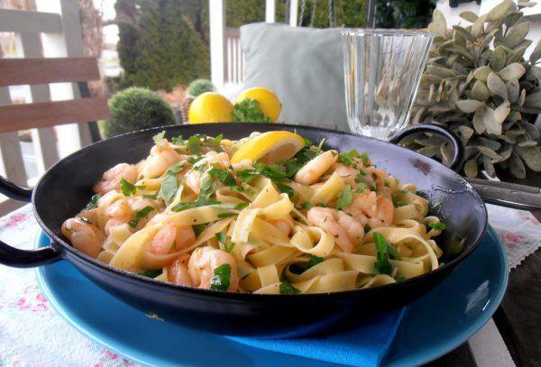 Ein wundervoll schnelles und leckeres Nudelgericht mit buttrigenGarnelen.Ulrike Hagen