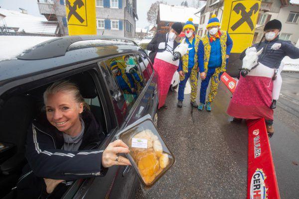 Im Drive-in wurde jeder und jede Hungrige mit einem Braten versorgt. Nicht alle kamen dabei traditionell mit dem Auto. Klaus Hartinger (10)