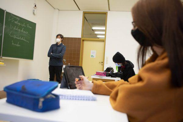 In den Schulen gibt es die Rückkehr zum Präsenzunterricht.Symbolbild/Hartinger